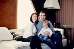 Οικογένεια με το νέο γιο Στοκ Εικόνες