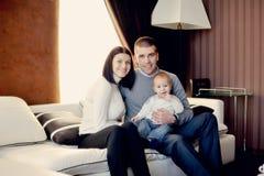 Οικογένεια με το νέο γιο Στοκ εικόνα με δικαίωμα ελεύθερης χρήσης