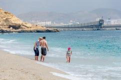 Οικογένεια με το παιδί στην ακτή του marmediterraneo στην παραλία των νεκρών της Αλμερία στοκ εικόνες με δικαίωμα ελεύθερης χρήσης