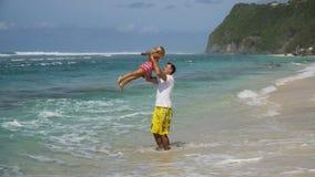 Οικογένεια με το παιδί στην παραλία Στοκ Εικόνες
