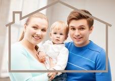 Οικογένεια με το παιδί και το σπίτι ονείρου Στοκ Φωτογραφίες