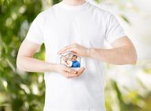Οικογένεια με το παιδί και το σπίτι ονείρου Στοκ εικόνα με δικαίωμα ελεύθερης χρήσης