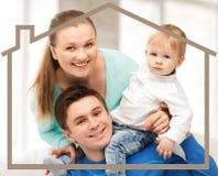 Οικογένεια με το παιδί και το σπίτι ονείρου Στοκ φωτογραφία με δικαίωμα ελεύθερης χρήσης