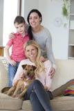 Οικογένεια με το σκυλί στο σπίτι στοκ εικόνες με δικαίωμα ελεύθερης χρήσης