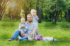 Οικογένεια με το υπόλοιπο δύο παιδιών στο θερινό κήπο Στοκ Φωτογραφίες