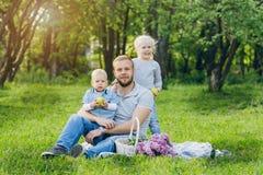 Οικογένεια με το υπόλοιπο δύο παιδιών στο θερινό κήπο Στοκ φωτογραφία με δικαίωμα ελεύθερης χρήσης