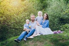 Οικογένεια με το υπόλοιπο δύο παιδιών στο θερινό κήπο Στοκ φωτογραφίες με δικαίωμα ελεύθερης χρήσης