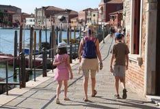 οικογένεια με το mom και δύο παιδιά που περπατούν στο νησί Murano Στοκ Εικόνες
