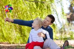 Οικογένεια με το pinwheel στοκ φωτογραφίες