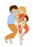 Οικογένεια με δύο μικρά παιδιά που κοιμούνται από κοινού Στοκ φωτογραφία με δικαίωμα ελεύθερης χρήσης