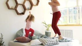 Οικογένεια, μητέρα και κόρη Πάλη μαξιλαριών απόθεμα βίντεο