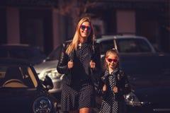 Οικογένεια μόδας Η γυναίκα με το κορίτσι παιδιών στην οικογένεια μοντέρνη κοιτάζει Στοκ φωτογραφίες με δικαίωμα ελεύθερης χρήσης