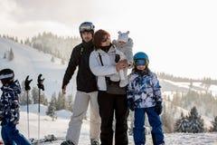 Οικογένεια πάνω από το χειμώνα βουνών, αυστριακές Άλπεις, grandmothe Στοκ Φωτογραφίες