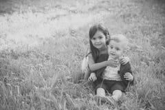 Οικογένεια, παιδιά, αδελφός και αδελφή στην πράσινη χλόη Στοκ φωτογραφία με δικαίωμα ελεύθερης χρήσης