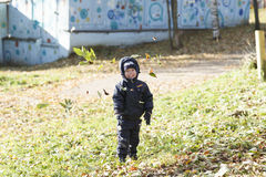 Οικογένεια, παιδική ηλικία, εποχή και έννοια ανθρώπων Στοκ φωτογραφία με δικαίωμα ελεύθερης χρήσης