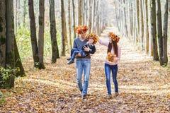 Οικογένεια, παιδική ηλικία, εποχή και έννοια ανθρώπων Στοκ Φωτογραφία
