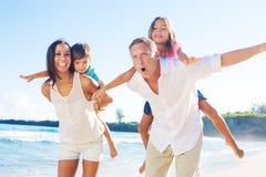 οικογένεια παραλιών ευ&ta στοκ εικόνα με δικαίωμα ελεύθερης χρήσης
