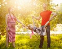 Οικογένεια Πατέρας, έγκυες μητέρα και κόρη υπαίθρια Στοκ Εικόνα
