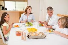 Οικογένεια που έχει μια συνομιλία ενώ γεύμα Στοκ φωτογραφίες με δικαίωμα ελεύθερης χρήσης