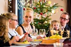 Οικογένεια που έχει τα λουκάνικα γευμάτων Χριστουγέννων Στοκ φωτογραφία με δικαίωμα ελεύθερης χρήσης