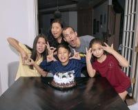 Οικογένεια που έχει τα τρελλά γενέθλια αγοριών ` s εορτασμού διασκέδασης Στοκ φωτογραφίες με δικαίωμα ελεύθερης χρήσης