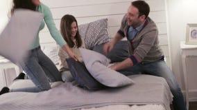 Οικογένεια που έχει την πάλη μαξιλαριών απόθεμα βίντεο