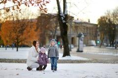 Οικογένεια που έχει τη διασκέδαση στη χειμερινή πόλη Στοκ Εικόνα