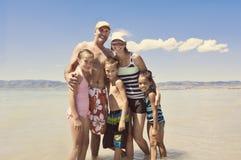 Οικογένεια που έχει τη θερινή διασκέδαση στη λίμνη Στοκ φωτογραφία με δικαίωμα ελεύθερης χρήσης