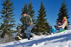 Οικογένεια που έχει τη διασκέδαση στο φρέσκο χιόνι στο χειμώνα Στοκ εικόνα με δικαίωμα ελεύθερης χρήσης