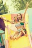 Οικογένεια που έχει τη διασκέδαση στο aquapark Στοκ Φωτογραφίες