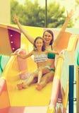 Οικογένεια που έχει τη διασκέδαση στο aquapark Στοκ εικόνες με δικαίωμα ελεύθερης χρήσης