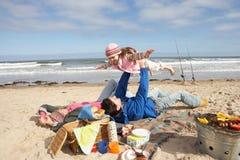 Οικογένεια που έχει τη σχάρα στη χειμερινή παραλία Στοκ εικόνα με δικαίωμα ελεύθερης χρήσης