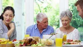 Οικογένεια που έχει το μεσημεριανό γεύμα από κοινού απόθεμα βίντεο
