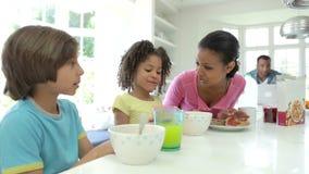 Οικογένεια που έχει το πρόγευμα στην κουζίνα από κοινού απόθεμα βίντεο