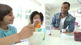Οικογένεια που έχει το πρόγευμα στην κουζίνα από κοινού φιλμ μικρού μήκους