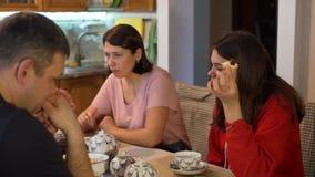 Οικογένεια που έχει το τσάι στην κουζίνα φιλμ μικρού μήκους