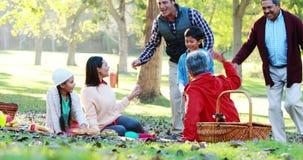 Οικογένεια που έχει picnic στο πάρκο φιλμ μικρού μήκους