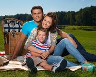 οικογένεια που έχει picnic στοκ φωτογραφίες με δικαίωμα ελεύθερης χρήσης