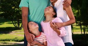 Οικογένεια που αγκαλιάζει η μια την άλλη στο πάρκο απόθεμα βίντεο