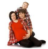 Οικογένεια που αγκαλιάζει το έγκυο mom Στοκ φωτογραφία με δικαίωμα ελεύθερης χρήσης