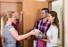 Οικογένεια που λαμβάνει τους επισκέπτες Στοκ εικόνες με δικαίωμα ελεύθερης χρήσης