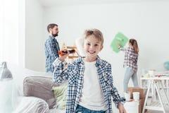 Οικογένεια που ανακαινίζει το νέο διαμέρισμά τους στοκ εικόνες