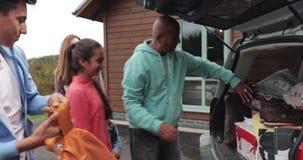 Οικογένεια που ανοίγει το αυτοκίνητο απόθεμα βίντεο