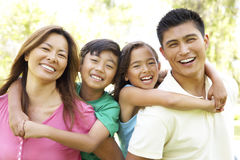 Οικογένεια που απολαμβάνει την ημέρα στο πάρκο στοκ φωτογραφία