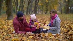 Οικογένεια που απολαμβάνει την όμορφη ημέρα φθινοπώρου στη φύση απόθεμα βίντεο