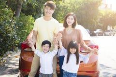 οικογένεια που απολαμβάνει τις διακοπές οδικού ταξιδιού και καλοκαιριού Στοκ Εικόνες