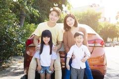 οικογένεια που απολαμβάνει τις διακοπές οδικού ταξιδιού και καλοκαιριού Στοκ φωτογραφία με δικαίωμα ελεύθερης χρήσης