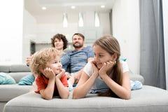 Οικογένεια που απολαμβάνει το Σαββατοκύριακο από κοινού στοκ εικόνα