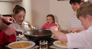 Οικογένεια που απολαμβάνει Bolognese στο σπίτι απόθεμα βίντεο