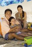 Οικογένεια που απολαμβάνει στην παραλία Στοκ Φωτογραφίες
